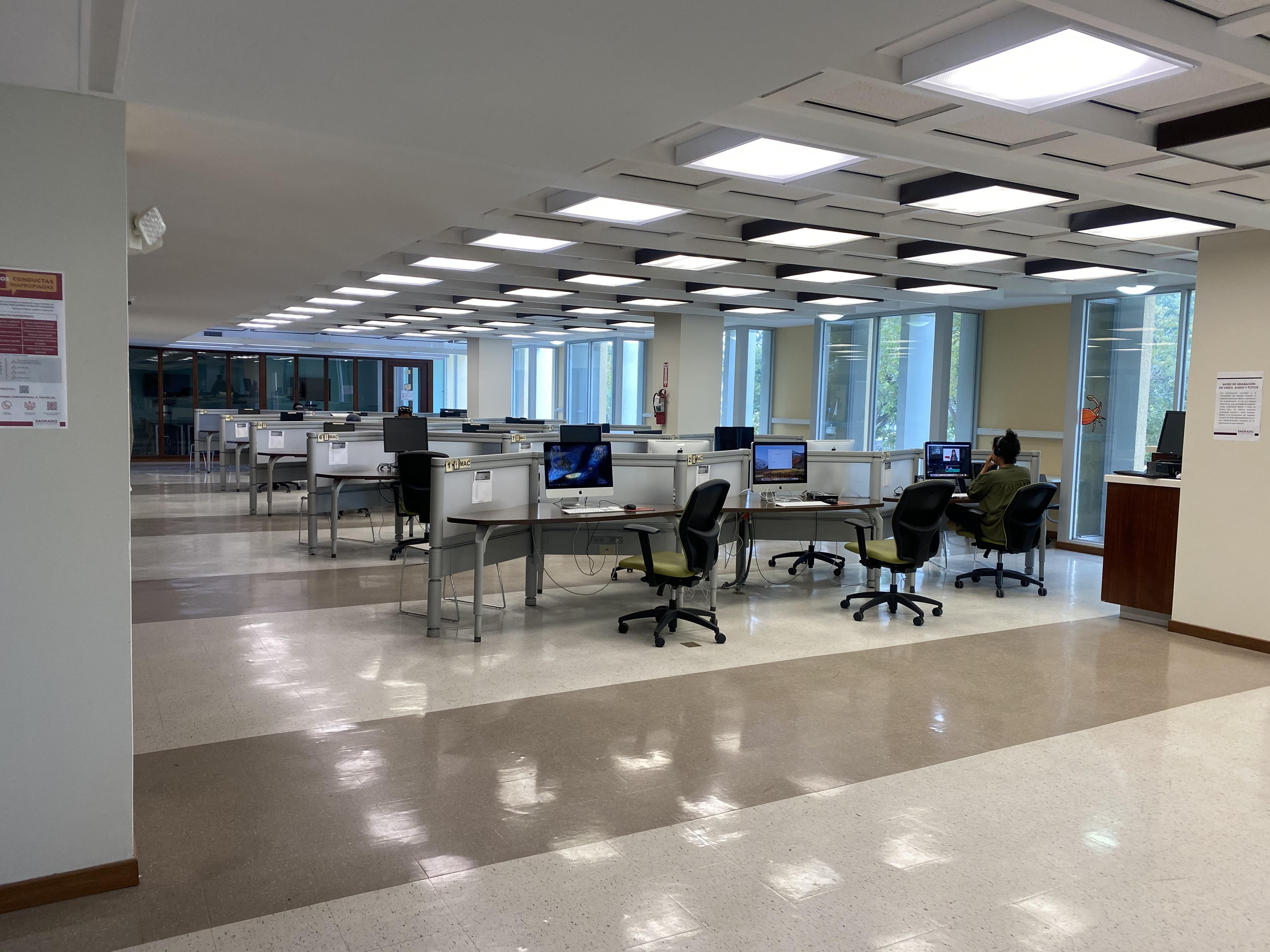 Imagen Espacio fisico del area del Learning Commons de la bibliotea. 20 computadoras windows en estaciones para uso de estudiantes