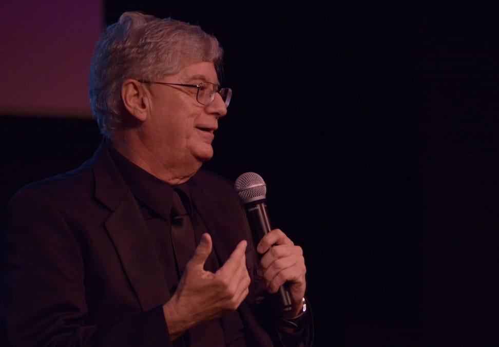 Presiona esta imagen de Luis Molina Casanova en una conferencia para ver el video